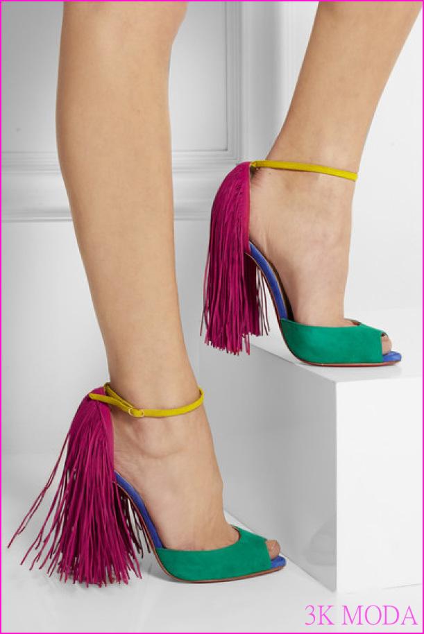 Chrıstıan-Louboutın-Yeşil-Pembe-Renkli-Püsküllü-Topuklu-Sandalet-Modeli.jpg